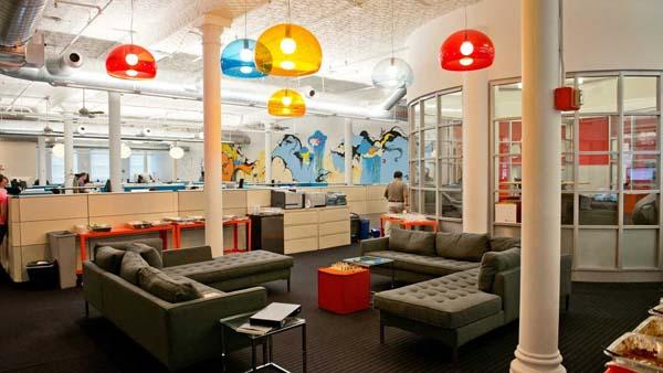 以上办公室设计装修图坐落在上海硅谷创意园区,具有启发性和创造性的,宽松的环境,其115名员工。 明快白色的墙壁夹杂着鲜艳的色彩,和隔间强而有力的青色色调鲜艳灯具相协调。 办公室的核心是用一些多姿多彩的壁画和色彩鲜艳的办公家具,有机的形式一起。