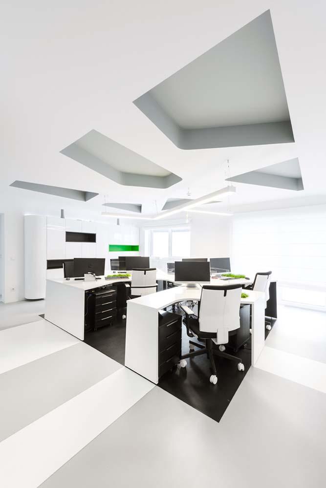 近95平方米的面积包括走廊,休息区,六个工作空间,会议室和卫生间.图片